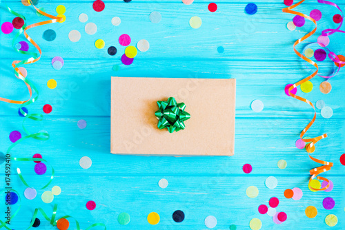 Stickers pour porte Pierre, Sable Present box with multicolored confetti. Flat lay style.