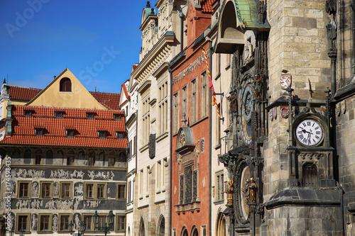 Plakat Praga Stary Urząd Miasta i Astronomiczny zegar Orloj przy Starym rynkiem w Praga, Republika Czech