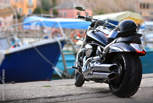 Fototapeta Fajny motocykl jest zaparkowany na molo terminalu morskiego