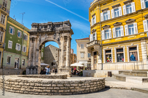 Fotomural Ancient Roman triumphal arch or Golden Gate and square in Pula, Croatia, Europe