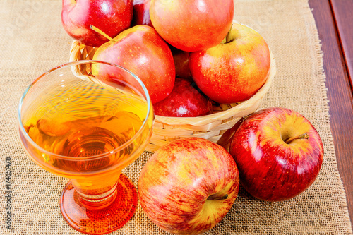 Photo  Apple cider glass and red apples