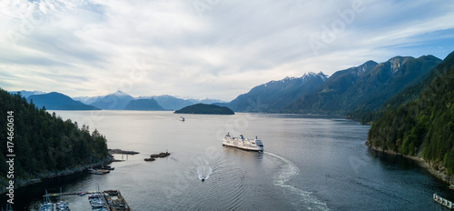 Fotomural  Aerial Panoramic view of Horseshoe Bay with Ferry leaving the terminal