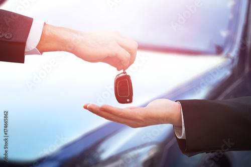 Zdjęcie XXL Sprzedawca samochodów dając klucze do biznesmena