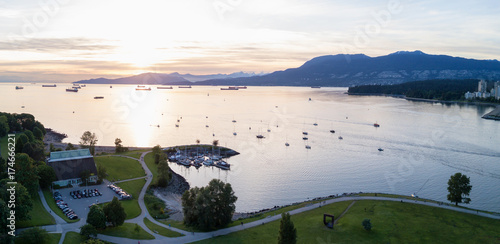 Fotomural Beautiful Sunset viewed from an aerial perspective of Burrard Inlet from Kits Point, Vancouver, BC, Canada