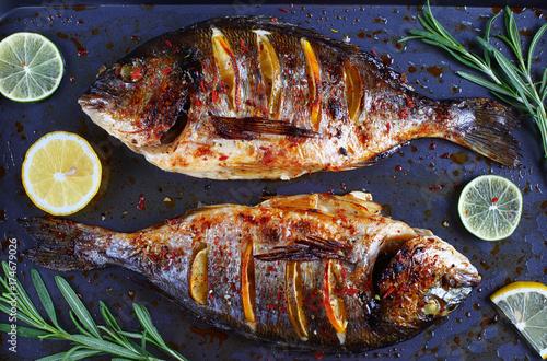Plakat pieczona ryba dorada z plastrami cytryny
