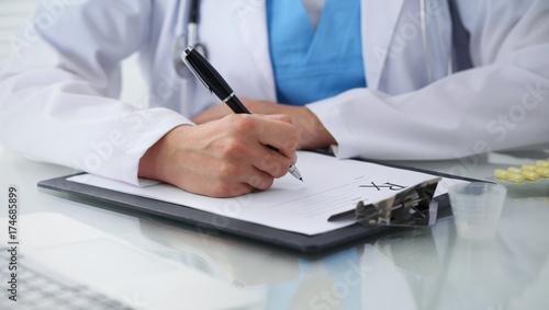 Plakat Doktorska kobieta wypełnia w górę recepty, zakończenie ręki. Lekarz w pracy. Medycyna i koncepcja opieki zdrowotnej