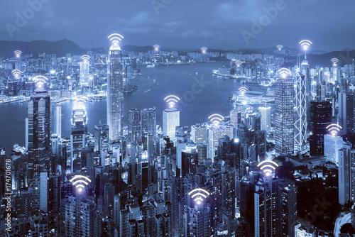 Plakat Ikona Wi-Fi i miasto Hongkong z bezprzewodowym połączeniem sieciowym. Hongkong - inteligentne miasto i bezprzewodowa sieć komunikacyjna, obraz abstrakcyjny, internet rzeczy.