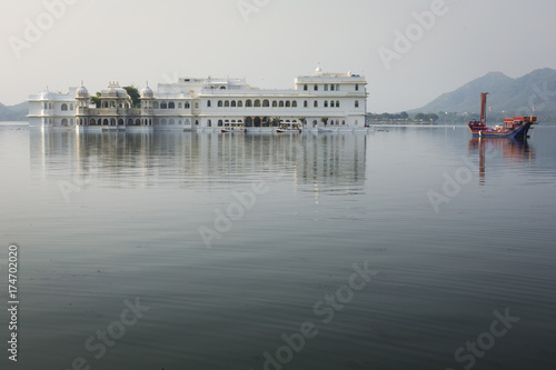 Taj Lake Palace on lake Pichola in Udaipur, Rajasthan, India. Wallpaper Mural