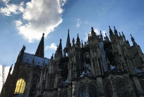 Tuinposter Fantasie Landschap Kölner Dom mit einem erleuchteten Fenster