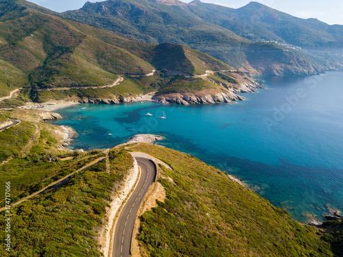 Fotomural Vista aerea della costa della Corsica, strade serpeggianti e calette con mare cristallino