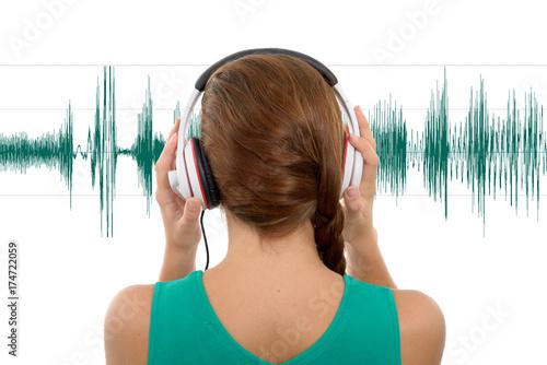 Plakat młoda kobieta słuchania muzyki z słuchawek, widok z tyłu