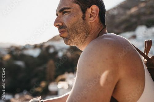 Fotografie, Obraz  hombre atractivo observa las vistas de un pueblo