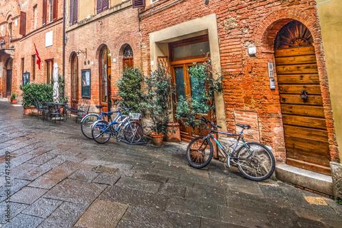 Türaufkleber Fahrrad Main street in Buonconvento
