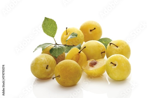 Fotografía  Yellow plums (Prunus domestica) with small leaves