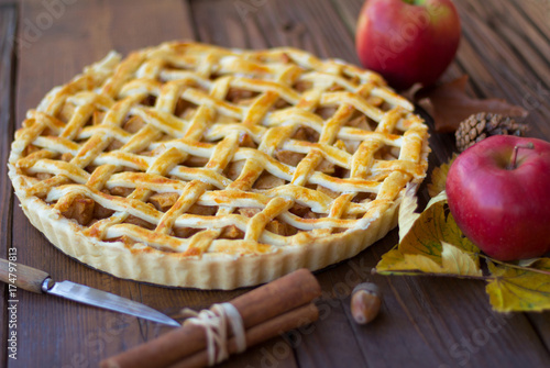 Photo  Prepared American pie with apples on a wooden background