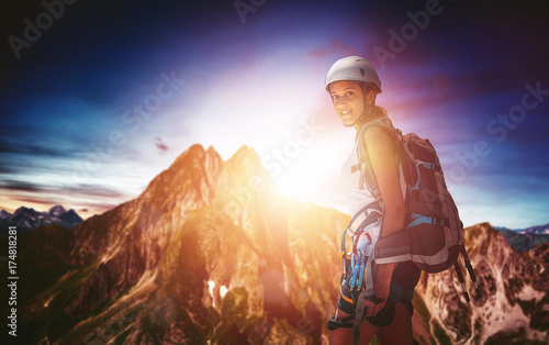 Photo sur Aluminium Alpinisme Fit athletic young woman mountaineering