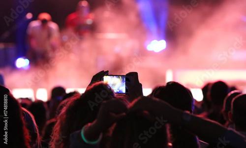 Zdjęcie XXL fanów, którzy robią zdjęcia i nagrywają filmy podczas koncertu na żywo
