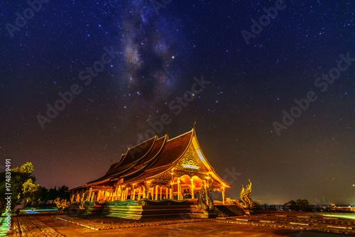 Fototapeta Piękne Sirindhorn Wararam Phu Prao Temple (Wat Phu Prao) z spektakularnym tle Droga Mleczna w nocy, Ubon Ratchathani prowincji, Tajlandia