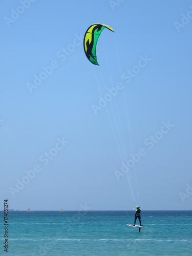 Kite surfeur pratiquant le kite foil sur la mer Méditerranée (France)