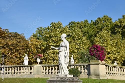 Statues Et Terrasse Au Jardin Du Luxembourg A Paris France