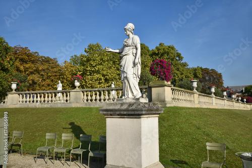 Statues Et Terrasse Du Jardin Du Luxembourg A Paris France