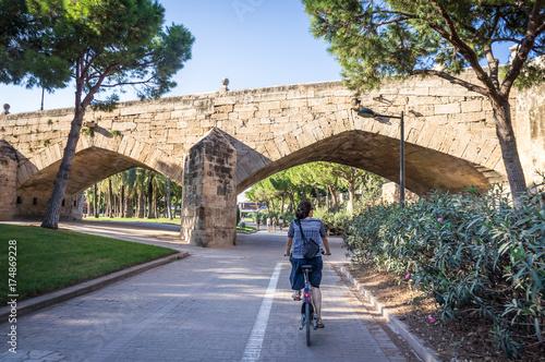 Cycliste dans les jardins du Túria à Valence, Espagne Wallpaper Mural