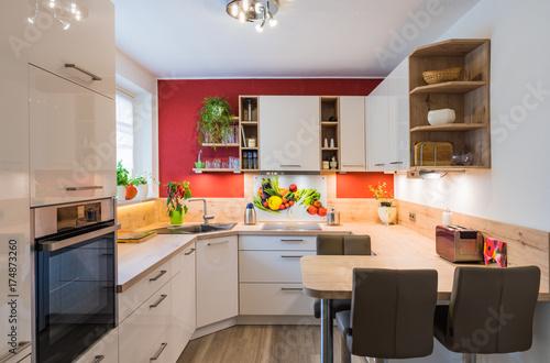 Elegant Moderne U Form Küche Mit Glas Spitzschutz Und Nischenverkleidung
