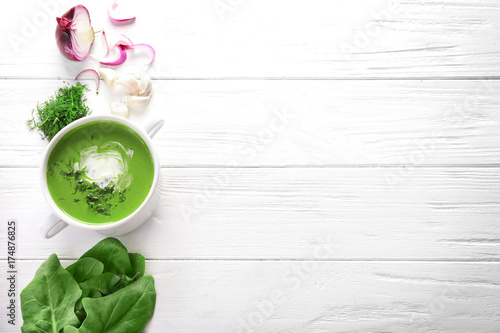 Montage in der Fensternische Gericht bereit Composition with delicious spinach soup and vegetables on wooden background