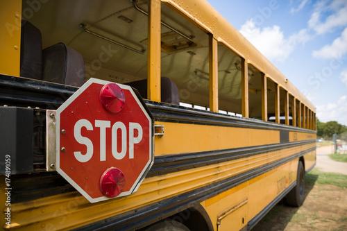 Plakat Czerwony przerwa znak z światłami na stronie stary żółty autobus szkolny. Powrót do szkoły