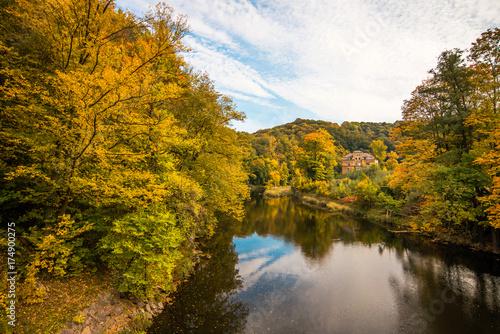 Foto auf Gartenposter Fluss Herbstlandschaft mit Fluss in Deutschland