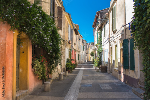 Photo Arles in the south of France, typical paved side street of the city center
