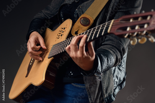 Fotografiet  Guitar with woman's hands