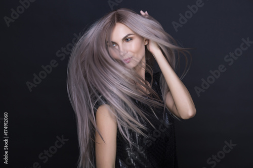Plakat Długie fioletowe piękne włosy latające