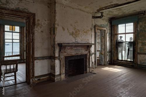 Tuinposter Industrial geb. ellis island abandoned psychiatric hospital interior rooms