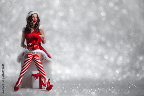 Fotografia, Obraz  Girl unwrapping christmas present