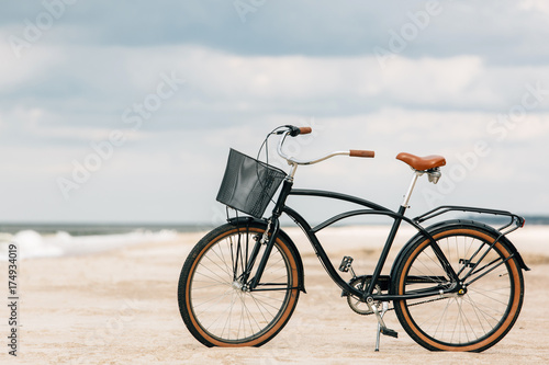 Photo sur Aluminium Velo Pretty bicycle parked on beach. Retro bike near the sea