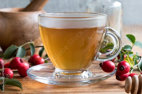 filizanka-swiezej-herbaty-rozanej-na-drewnianym-stole