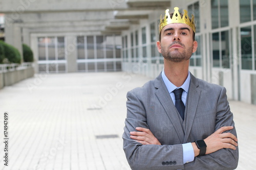 Photo Arrogant businessman with a crown in office space