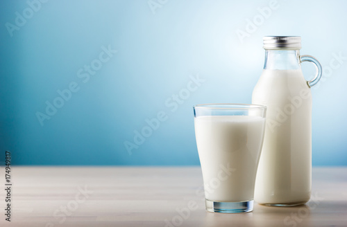 Fotobehang Zuivelproducten Jar and glass of milk, front view