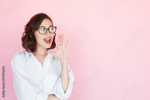 Fotografía  Brunette woman yelling holding hand near mouth