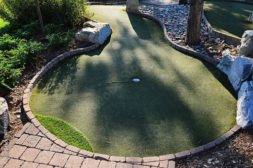 Photo Minigolf hole with elevated terrain, artificial turf green