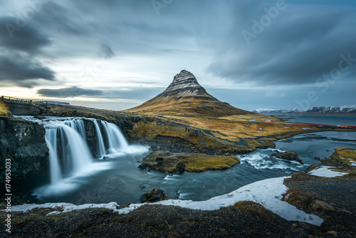 Foto Beautiful landscape of Kirkjufellsfoss with background of remarkable mountain, l