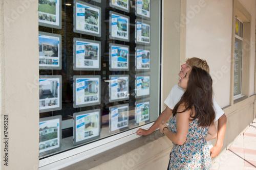 Plakat para w sklepie okno nieruchomości