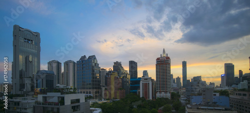 Photo  Panorama view of Bangkok business district skyline at dusk.