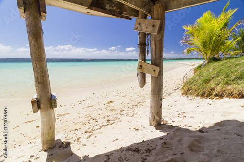 Photo  view from bungalow on crystal blue sea with white beach and coocnut palm trees p