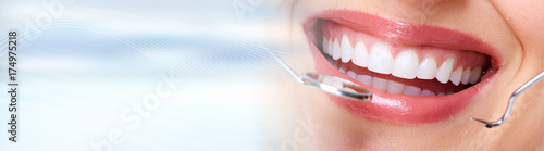 Fotografia  Woman teeth with dental instruments