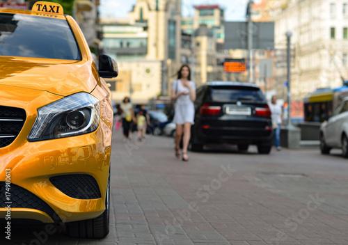Zdjęcie XXL Samochód taxi jest zaparkowany na chodniku