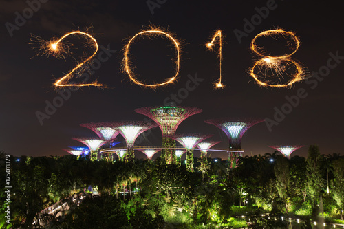 Photo  2018 Happy new year firework Sparkle with Gardens by the bay at night, Singapore