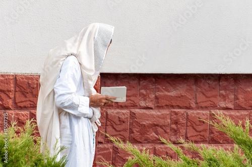 Zdjęcie XXL Ortodoksyjny chasydzki Żyd modli się w świątecznej szacie i talii.