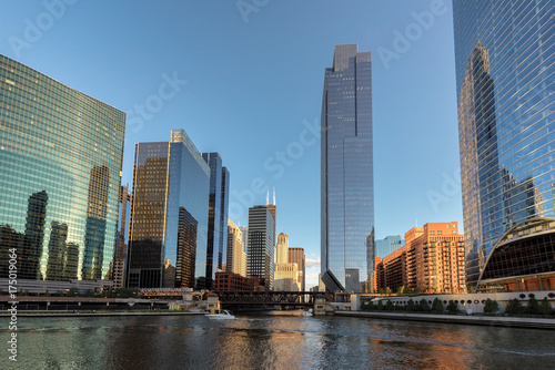 rzeka-chicago-oraz-most-posrod-wiezowcow-w-sloneczny-dzien